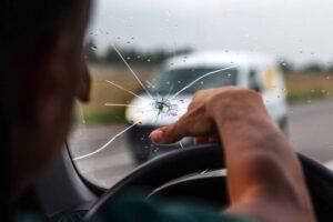 Prasklina na čelním skle auta